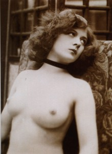 Vintage_nude_bust_photograph_of_a_young_denuded_lady
